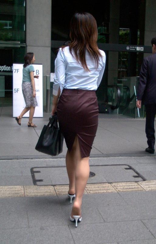 素人OLの巨尻を突き出したタイトスカート盗撮画像13枚目