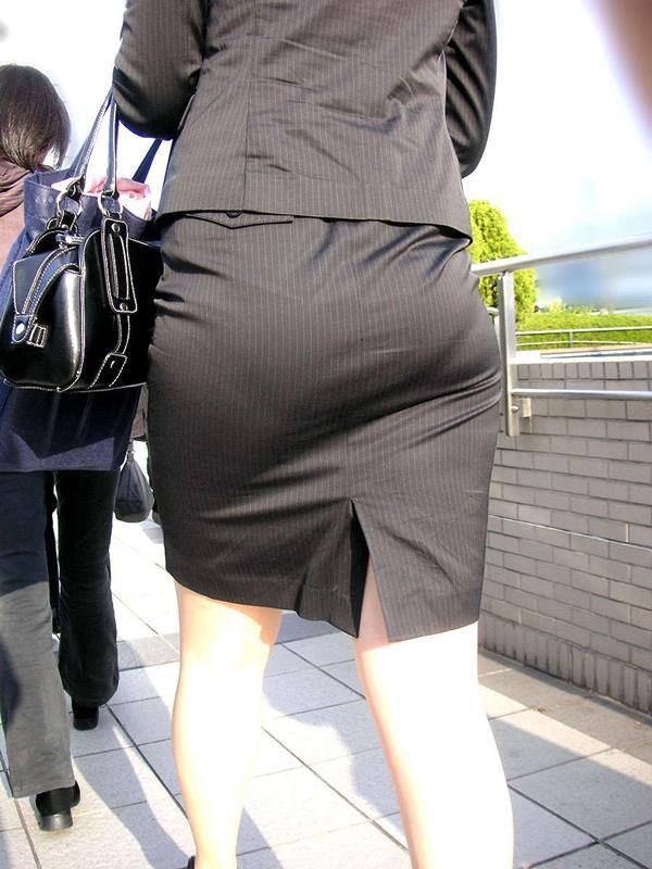 素人OLの巨尻を突き出したタイトスカート盗撮画像14枚目
