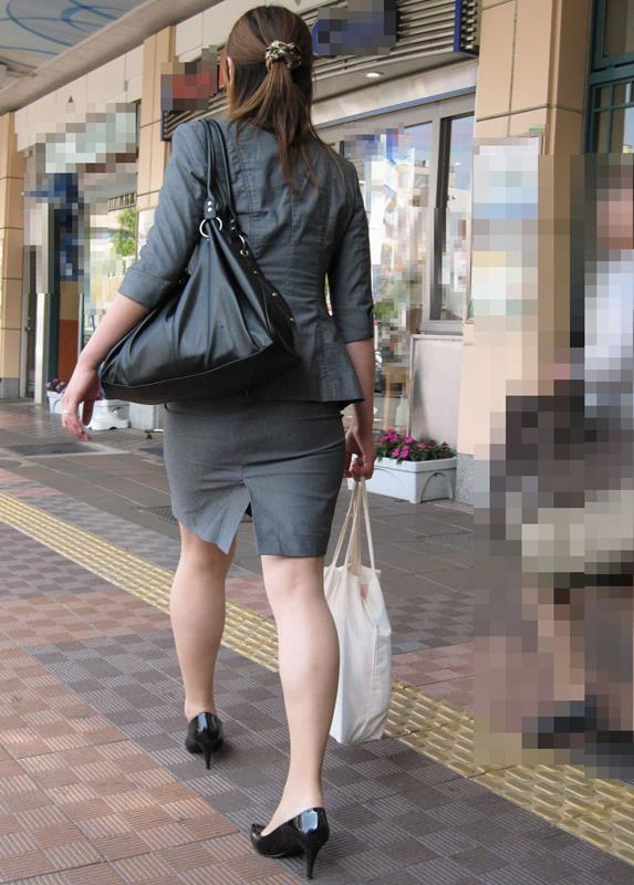 素人OLの巨尻を突き出したタイトスカート盗撮画像15枚目