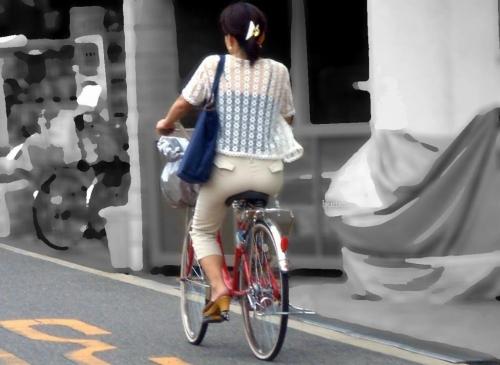 私服OLのパンツ自転車通勤風景を盗撮したエロ画像1枚目