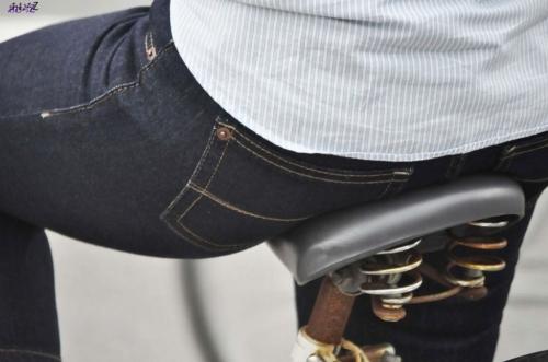 私服OLのパンツ自転車通勤風景を盗撮したエロ画像5枚目