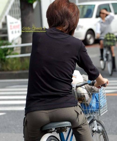 私服OLのパンツ自転車通勤風景を盗撮したエロ画像6枚目