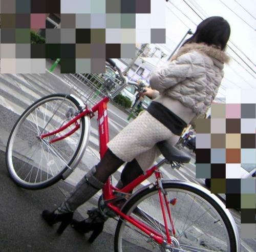 私服OLのパンツ自転車通勤風景を盗撮したエロ画像8枚目