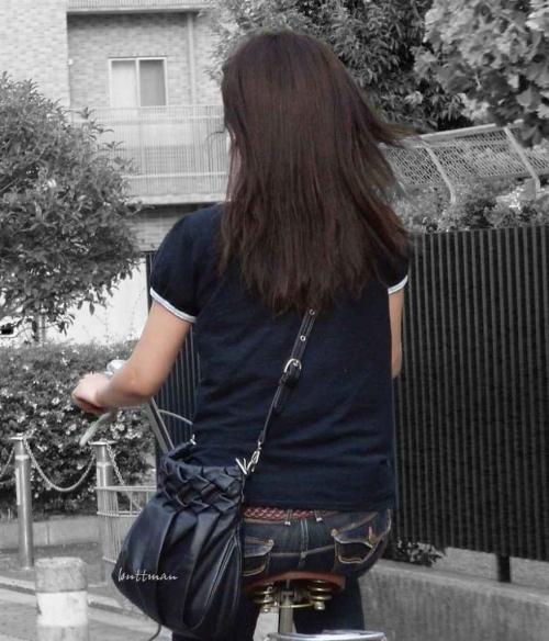 私服OLのパンツ自転車通勤風景を盗撮したエロ画像11枚目