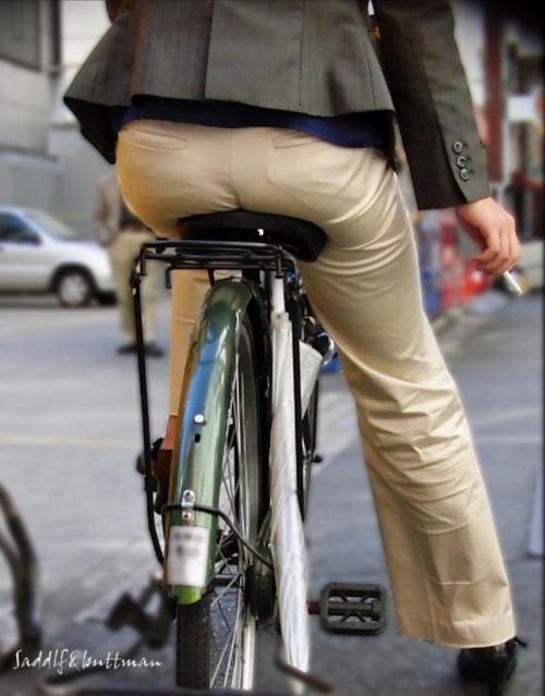 私服OLのパンツ自転車通勤風景を盗撮したエロ画像13枚目