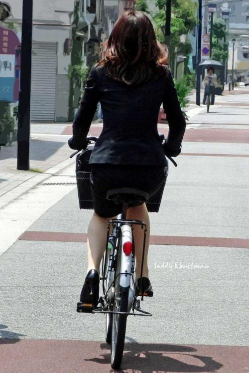 私服OLのパンツ自転車通勤風景を盗撮したエロ画像14枚目