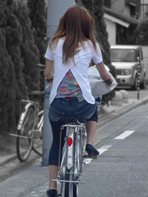 私服OLのパンツ自転車通勤風景を盗撮したエロ画像15枚目
