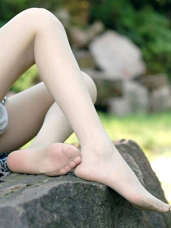 美脚OLの足裏と太腿を魅せるパンストエロ画像8枚目