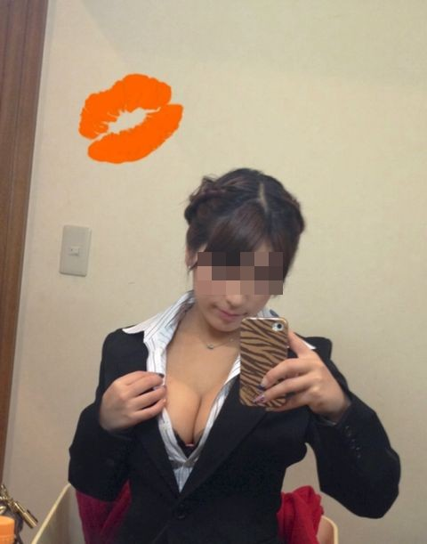 ファミレス店員やOLのブラウス巨乳の魅惑エロ画像5枚目