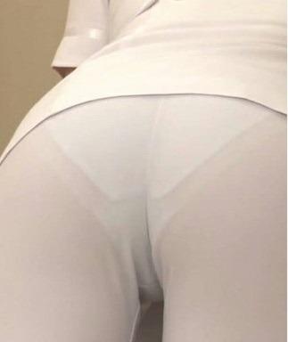 白衣ナースの突き出したお尻と透け下着盗撮エロ画像4枚目