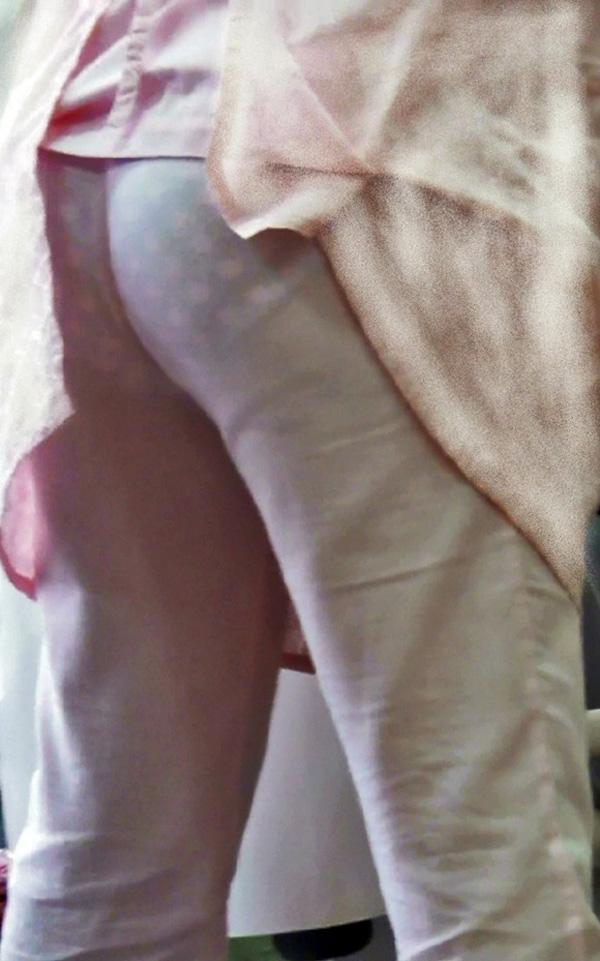 白衣ナースの突き出したお尻と透け下着盗撮エロ画像5枚目