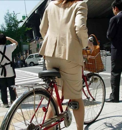 OLが自転車サドルオナニーしてしまった盗撮エロ画像1枚目