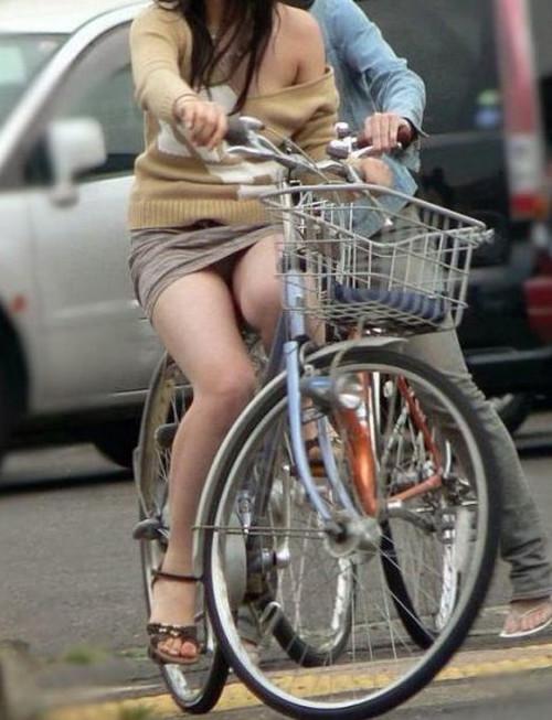 OLが自転車サドルオナニーしてしまった盗撮エロ画像5枚目
