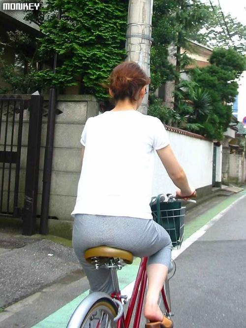 OLが自転車でめくれあがる三角を盗撮したエロ画像4枚目
