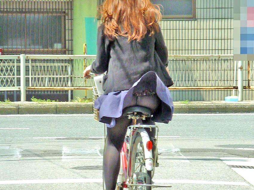 OLが自転車でめくれあがる三角を盗撮したエロ画像9枚目