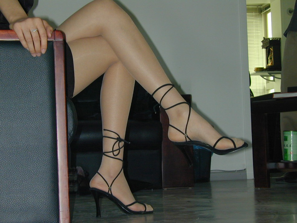 美脚OL達のパンスト脚線美の色々な角度エロ画像11枚目
