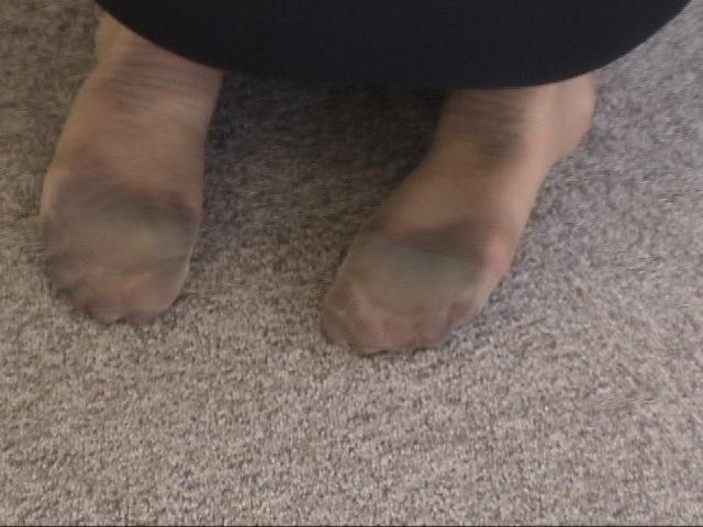 OLが物凄く汚れてる足裏を見せるパンストエロ画像1枚目