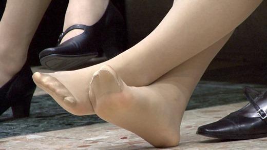 OLが物凄く汚れてる足裏を見せるパンストエロ画像15枚目