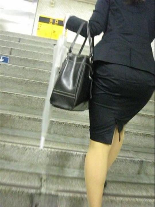 OLのリアルなシワの魅惑タイトスカート盗撮エロ画像1枚目