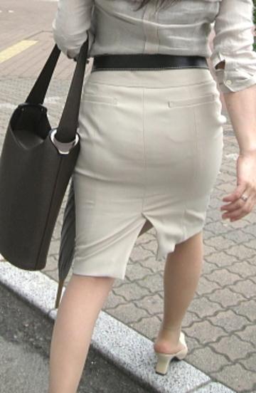 OLのリアルなシワの魅惑タイトスカート盗撮エロ画像3枚目