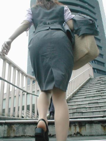 OLのリアルなシワの魅惑タイトスカート盗撮エロ画像8枚目