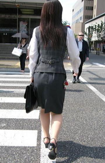 OLのリアルなシワの魅惑タイトスカート盗撮エロ画像9枚目