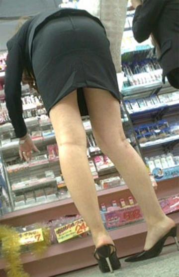 OLのリアルなシワの魅惑タイトスカート盗撮エロ画像10枚目