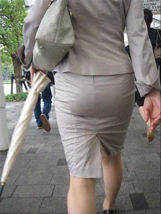 OLのリアルなシワの魅惑タイトスカート盗撮エロ画像13枚目