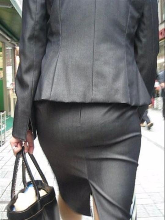 OLのリアルなシワの魅惑タイトスカート盗撮エロ画像14枚目