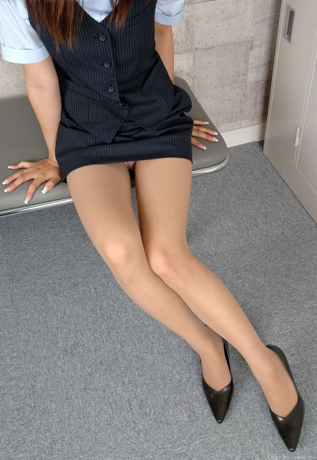 美脚OLの膝下が長くて綺麗な魅惑パンストエロ画像2枚目