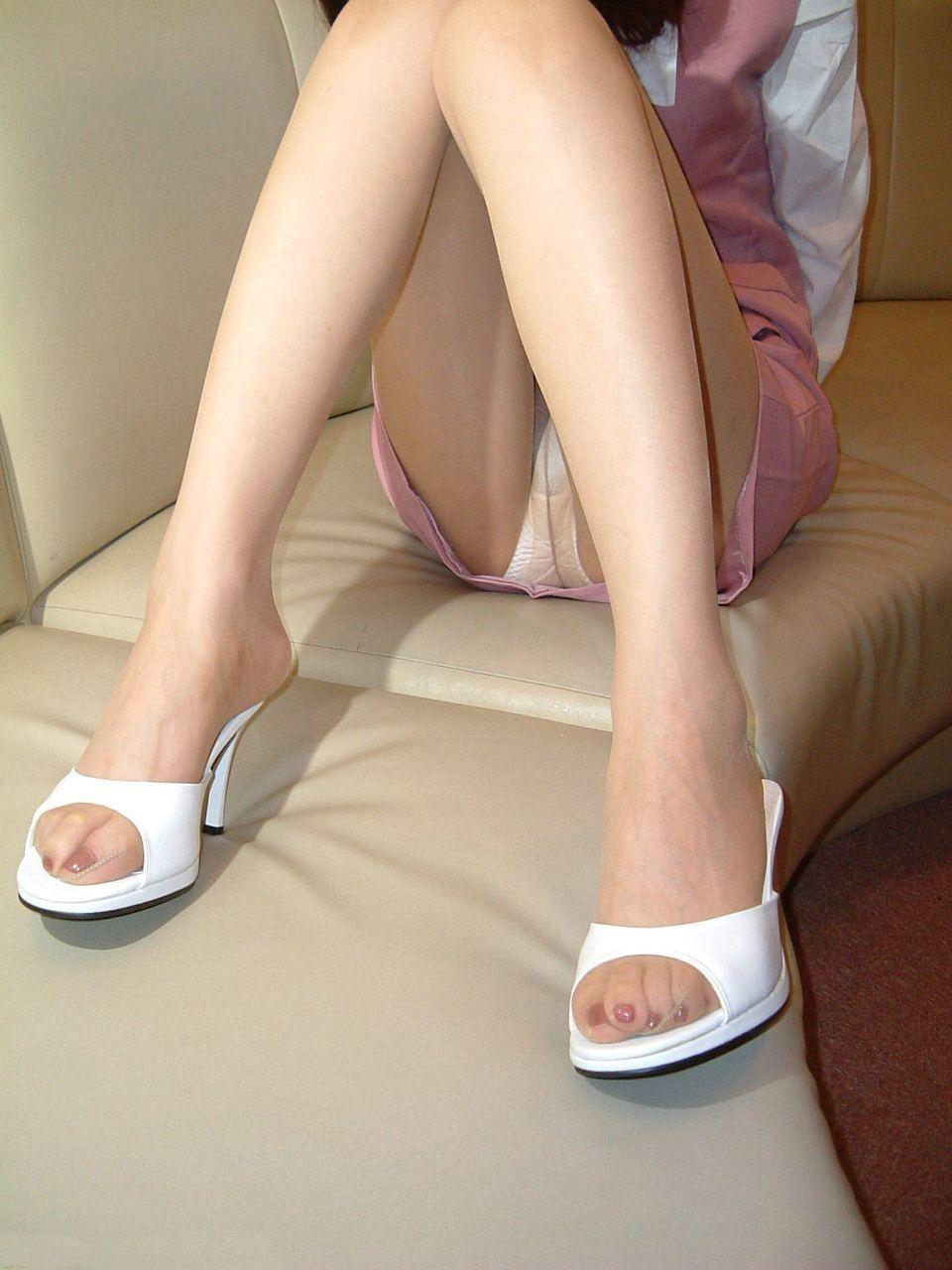 美脚OLの膝下が長くて綺麗な魅惑パンストエロ画像5枚目