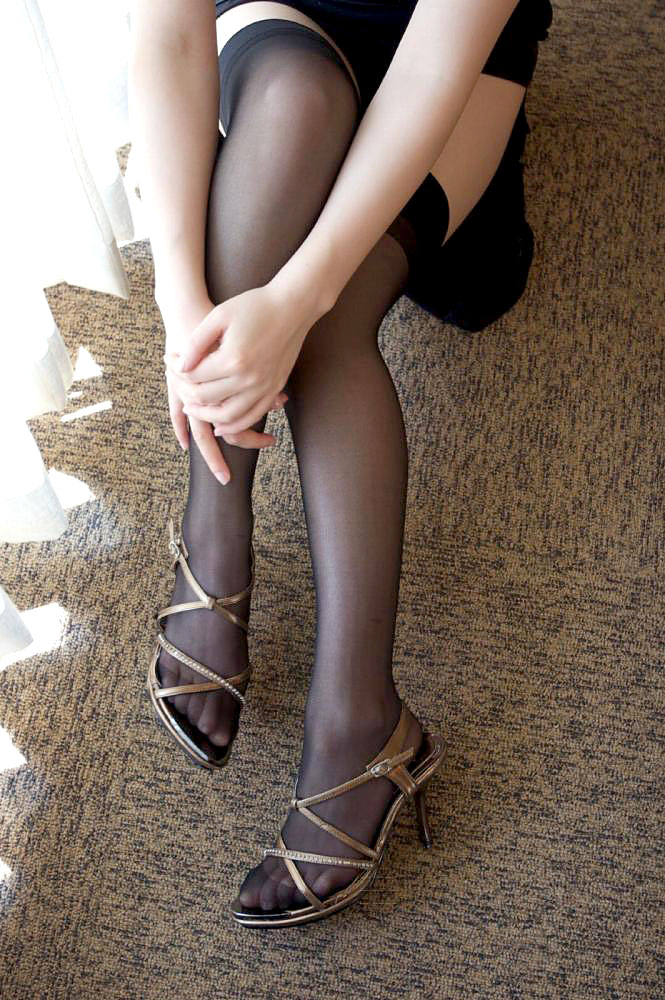 美脚OLの膝下が長くて綺麗な魅惑パンストエロ画像10枚目