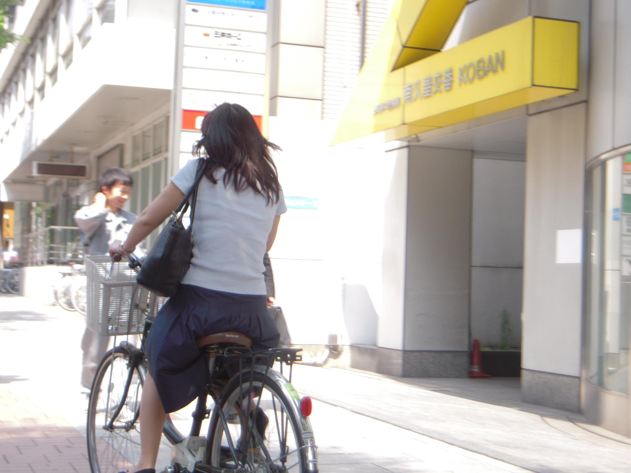 狙われたOLの自転車タイトミニ三角盗撮エロ画像8枚目