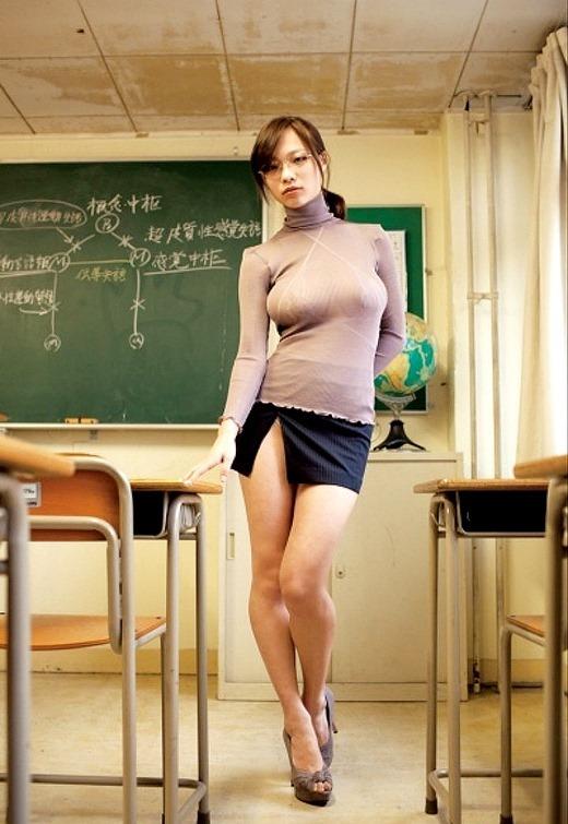 眼鏡女教師が童貞狩り淫行を働く淫乱なエロ画像1枚目