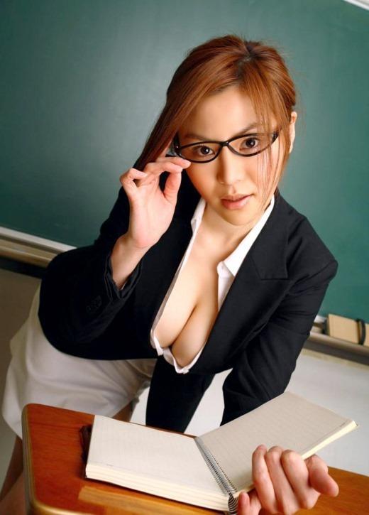 眼鏡女教師が童貞狩り淫行を働く淫乱なエロ画像2枚目