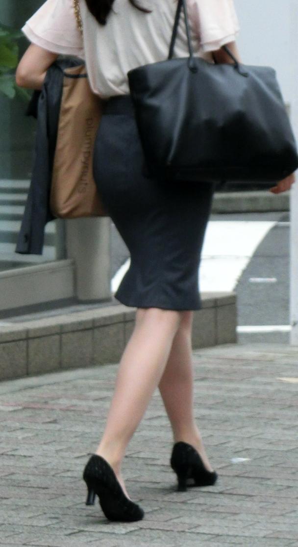 OLがタイトスカートで取引先へ急ぐ姿の盗撮エロ画像2枚目