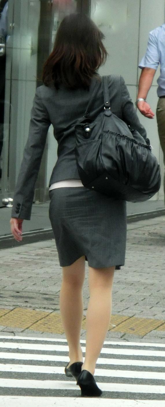 OLがタイトスカートで取引先へ急ぐ姿の盗撮エロ画像3枚目