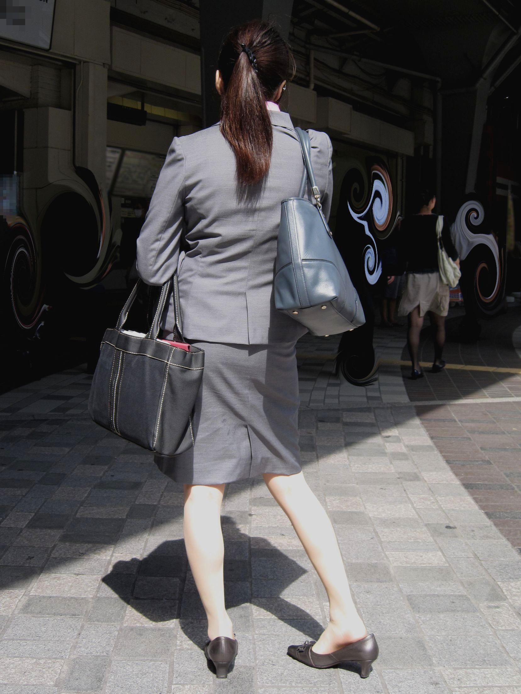 OLがタイトスカートで取引先へ急ぐ姿の盗撮エロ画像6枚目