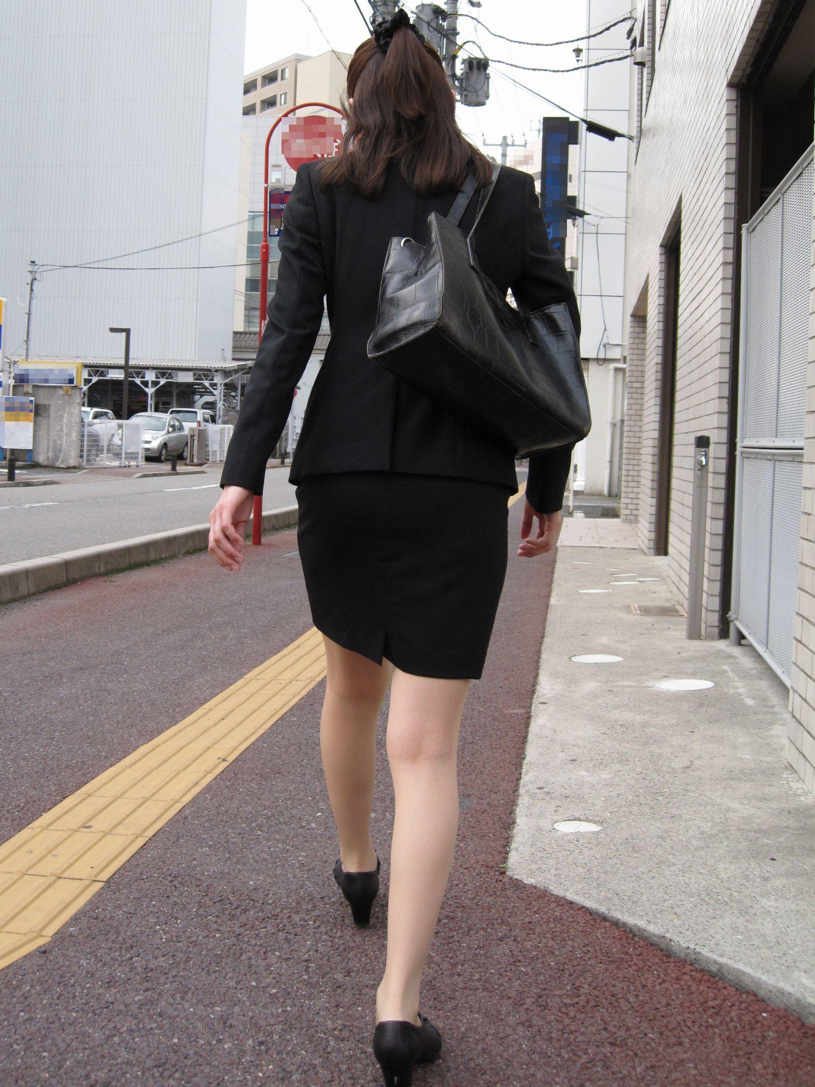 OLがタイトスカートで取引先へ急ぐ姿の盗撮エロ画像13枚目