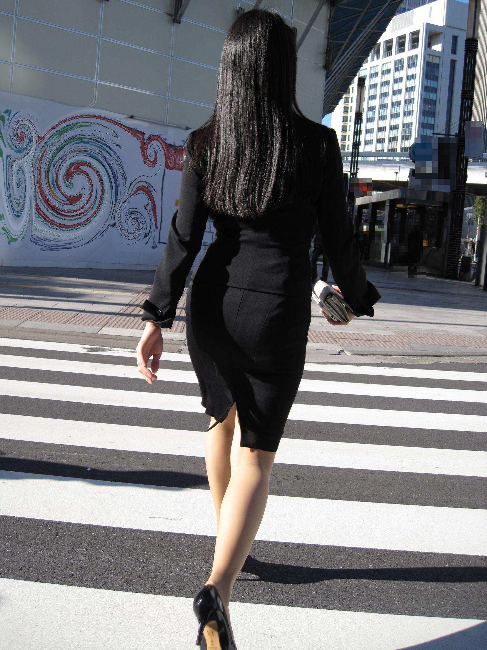 新人OLの信号待ちタイトスカート街撮りエロ画像9枚目