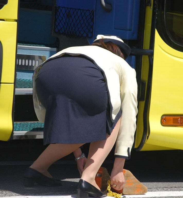 お気に入りの運転手を誘惑するバスガイドのエロ画像2枚目