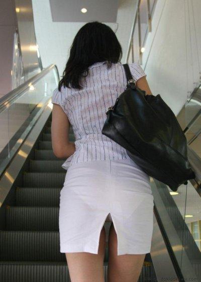 OLのスリットがヤバいタイトスカート盗撮エロ画像1枚目