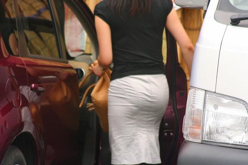 OLのスリットがヤバいタイトスカート盗撮エロ画像2枚目
