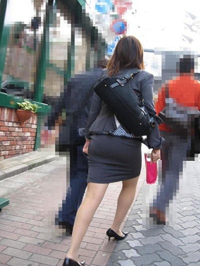 OLのスリットがヤバいタイトスカート盗撮エロ画像15枚目