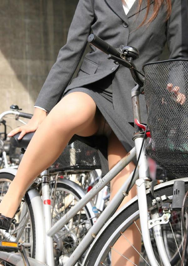 OLのタイトスカートが捲れる自転車三角盗撮エロ画像1枚目