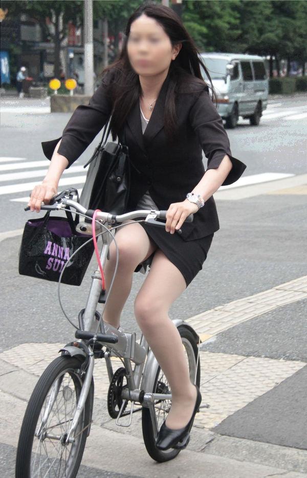 OLのタイトスカートが捲れる自転車三角盗撮エロ画像6枚目