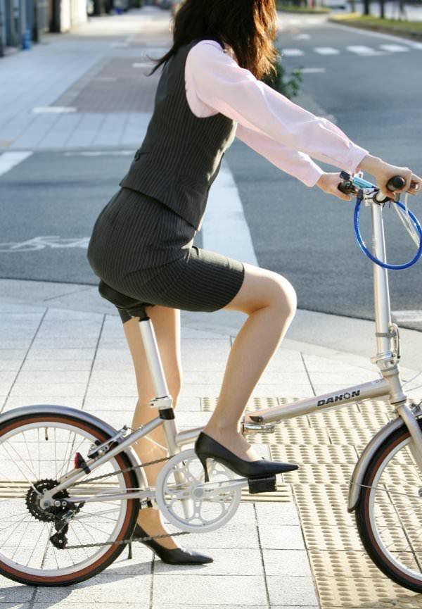 OLのタイトスカートが捲れる自転車三角盗撮エロ画像10枚目