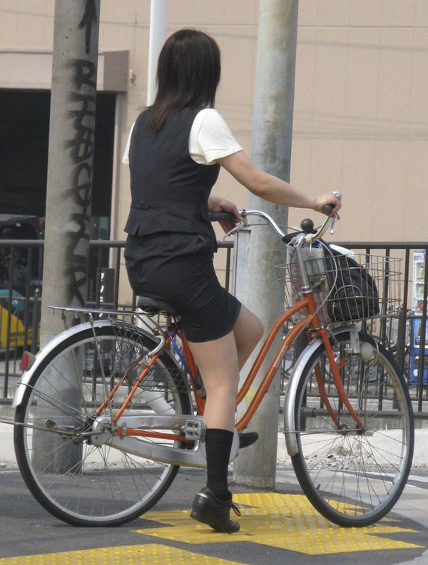 OLのタイトスカートが捲れる自転車三角盗撮エロ画像14枚目