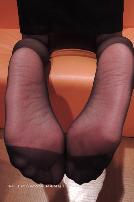 OLの綺麗な三日月の縫い目のパンスト足裏エロ画像10枚目