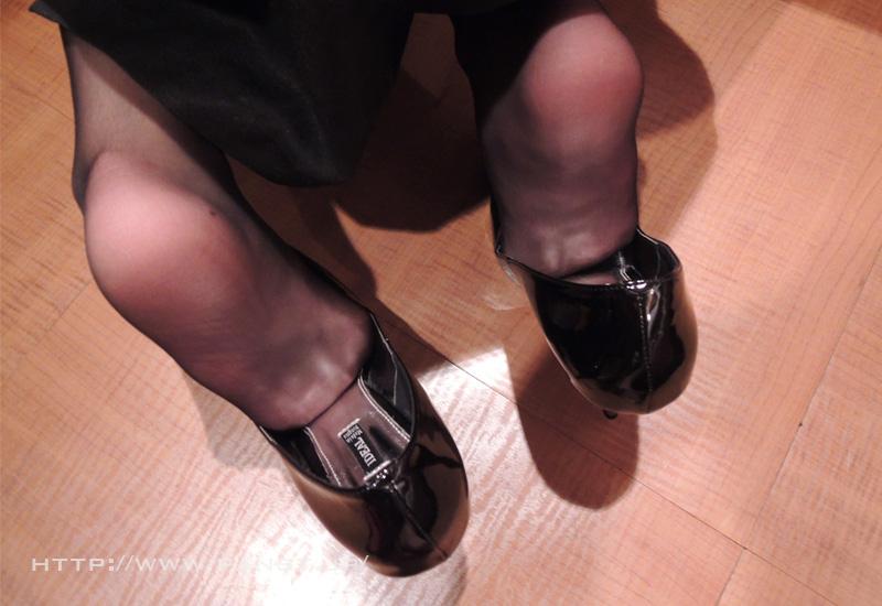 OLの綺麗な三日月の縫い目のパンスト足裏エロ画像13枚目